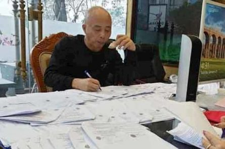 Chân dung Đường Nhuệ ngồi ký giấy tờ đấu giá đất khi chưa bị bắt.